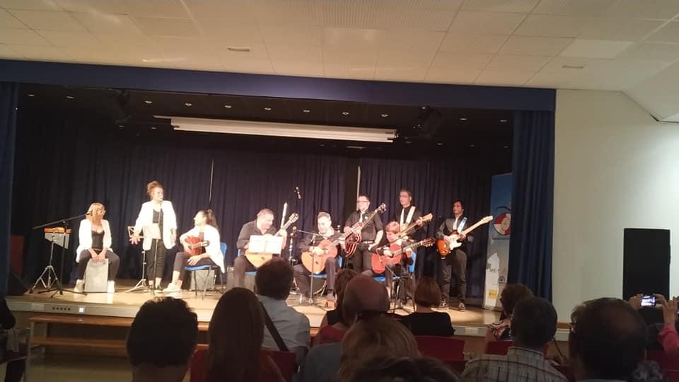 en un escenario, diez músicos listos para tocar de tres grupos musicales: trastes, las chicas y the magnificats